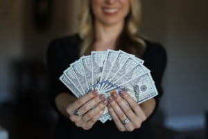 Cum sa investesti banii ca un expert, dar fara sa stii nimic. Investitiile in actiuni si criptomonede, tot mai deschise populatiei