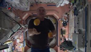 Cum se distreaza astronautii: Trucuri de circ pe Statia Spatiala Internationala (Video)