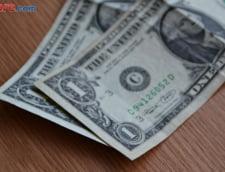 Curs valutar: Dolarul isi arata muschii si euro se plafoneaza
