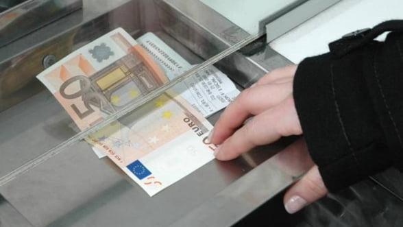 Curs valutar: Leul pierde teren in fata euro