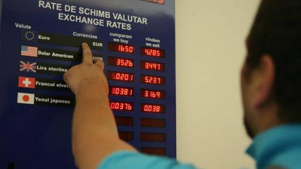 Curs valutar: Moneda nationala s-a depreciat luni