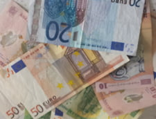"""Curs valutar 25 august: Euro si dolarul au scazut in fata leului, dupa """"macelul"""" pe bursele din China"""