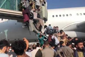 """Cursele comerciale și de tranzit, anulate pe aeroportul din Kabul: """"Vă rugăm să nu vă grăbiți spre aeroport"""""""