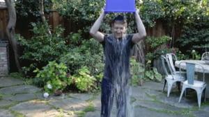 De ce si-a turnat o galeata de apa rece in cap fondatorul Facebook, Mark Zuckerberg (Video)