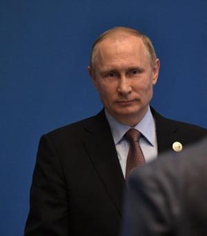 Democratia americana se darama si Putin se distreaza