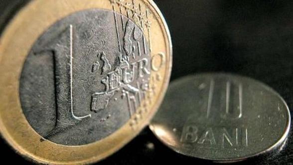 """Depaseste cursul valutar pragul """"psihologic"""" de 4,5 lei/euro?"""