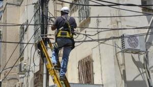 Desi in decembrie se grabea sa-i amendeze, Guvernul tocmai i-a scutit de sanctiuni uriase pe operatorii telecom care si-au construit ilegal retelele