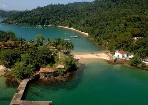 Destinatii de vacanta: Gusta din placerile elitelor braziliene pe o plaja din Angra dos Reis