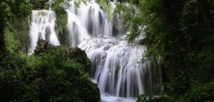 Destinatii de vacanta: La numai 200 km de Bucuresti, doua obiective spectaculoase - cascadele Krushuna si pestera Devetashka