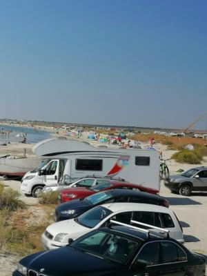 Dezastru pe plajele Vadu si Corbu. Cate masini parcate in zonele protejate prin lege au fost numarate in doua zile