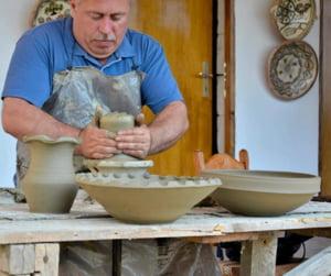 Din Horezu, in sufrageria oricarui roman: Povestea mesterului care invie traditia olaritului si o promoveaza direct pe Facebook