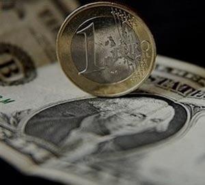 Dolarul a atins maximul ultimelor doua saptamani fata de euro