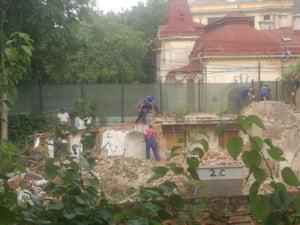 Dosarul cladirii de patrimoniu, demolata ilegal in Bucuresti: Doi functionari si o politista au fost retinuti. Procurorii au blocat lucrarile la imobil
