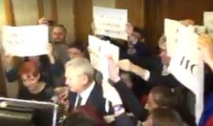 Dragnea, huduit pe holurile Parlamentului: Nu va e rusine ca sunteti comparat cu Ceausescu? (Video)