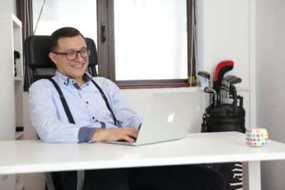Dupa ce a scos ziua de luni din program, afacerile sale au inflorit! Interviu cu romanul care a facut peste 300.000 de euro in 2017 cu 4 zile lucratoare pe saptamana