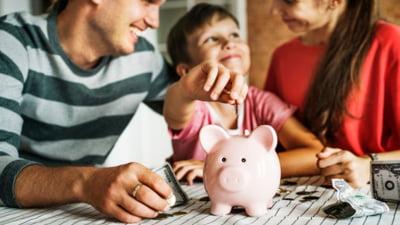 Educatia financiara timpurie: cum ne ajuta informatiile despre bani descoperite in copilarie sa fim adulti responsabili