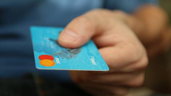 Efectele crizei COVID-19: Numarul celor care achita cash a scazut la jumatate