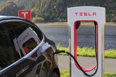 Elon Musk spune ca functia de pilot automat nu era activata la masina Tesla care a lovit mortal doi oameni in Texas