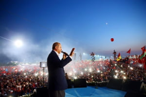 Erdogan a castigat super-puteri la referendum: Zeci de mii de turci il sarbatoresc in strada. Germania face apel la calm