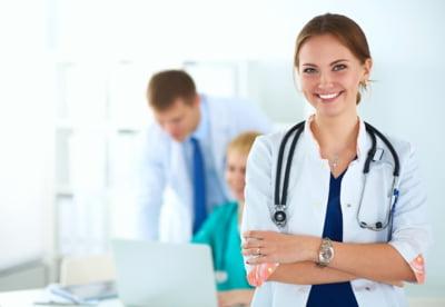 Eroii din spatele ecranelor: cei mai buni medici din seriale care i-au inspirat pe tineri sa urmeze o cariera in domeniu