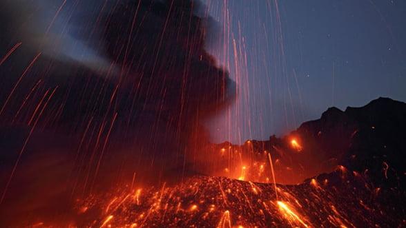 Eruptie spectaculoasa a unui vulcan in Japonia