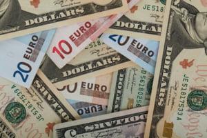 Euro ar putea ajunge la 4,95 lei, dolarul va continua si el sa creasca. Totul depinde de cat va tine criza coronavirusului