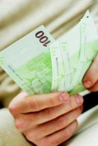 Euro este vazut in mod surprinzator la 4 lei de marile banci