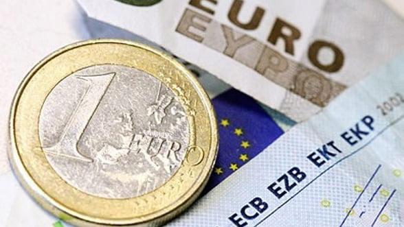 Euro pierde in fata dolarului, reactionand la suplimentarea FMI