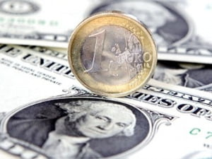 Euro pierde teren in fata dolarului, din cauza temerilor din sistemul financiar