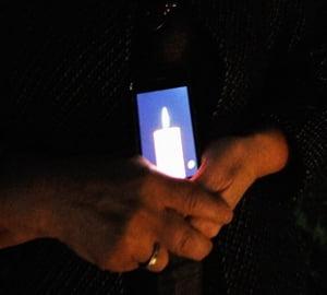 FOTO: Fanii Apple ii aduc un ultim omagiu lui Steve Jobs