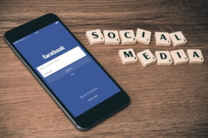Facebook lucreaza la un asistent vocal, care sa rivalizeze cu Amazon Alexa si Apple Siri