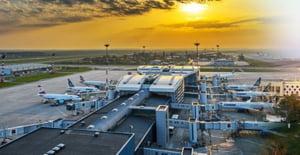 Femeie angajata fictiv la compania Aeroporturi Bucuresti. DNA: A venit la munca doar 56 minute, dar a luat salarii pentru 432 de ore