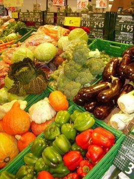 Fermierii ar putea ambala legumele si fructele pentru a le vinde in supermarketuri