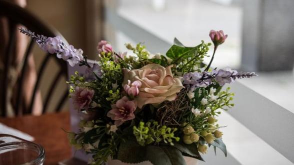 Flori artificiale: 5 motive sa le folosesti in amenajarea camerei de zi