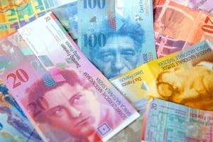 """Francul elvetian ramane """"o mana sigura"""". Vezi cum a evoluat in raport cu euro si dolarul"""