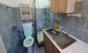 """Garsonieră de închiriat ultracentral în București: WC și cabină de duș, integrate în bucătărie. """"Ce, n-au reușit să bage și patul acolo?"""""""