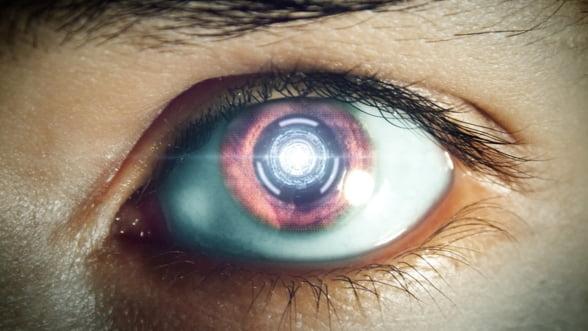 Google ne face cyborgi? A patentat lentilele electronice care se implanteaza direct in ochi