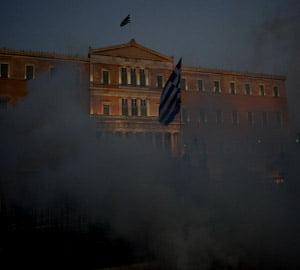 Grecia taie in carne vie. S-a aprobat planul de austeritate de 6,6 miliarde de euro