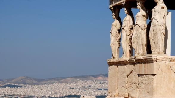 Guvernul le da voie grecilor sa scoata mai multi bani din bancomate, insa plafonul ramane tot sub 100 de euro pe zi