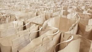 Hartie versus plastic: care material este mai bun?