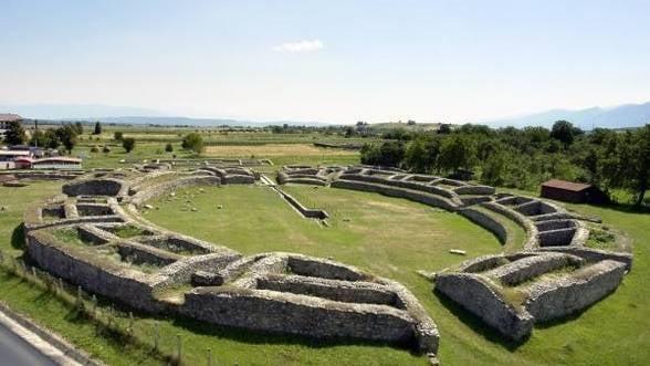 Hunedoara: Un vas de epoca romana, descoperit de un satean care se afla la arat in comuna Rau de Mori