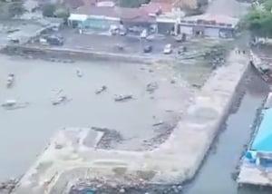 Imaginile dezastrului ramas in urma tsunamiului care a lovit Indonezia si marturii ale supravietuitorilor. Bilantul trece de 1.000 de morti si raniti (Foto&Video)