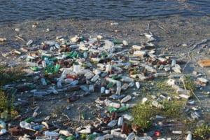 Intr-o zona din Pacific, plasticul din apa formeaza o masa plutitoare de 2,5 kilometri patrati