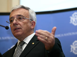 Isarescu: Nicio banca nu o sa mai arunce cu bani, dupa ce au dat cu capul de prag