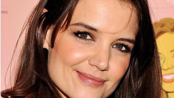 Katie Holmes va debuta ca regizoare cu un film inspirat dintr-un roman