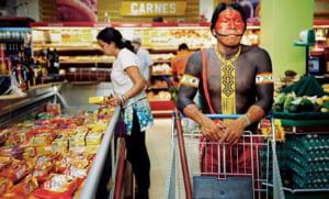 Kayapo, indigenii brazilieni care isi fac cumparaturile la supermarket si au cont pe Facebook (Galerie foto)