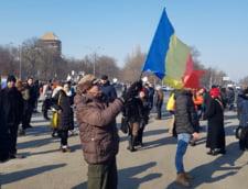 LIVE Romanii se strang, din nou, la Guvern: Jandarmii primesc flori de la protestatari