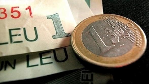 Leul se deprecieaza, pana la un curs de 4,3435 lei/euro