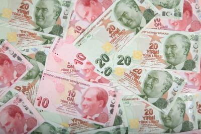 Lira turceasca a atins un nou minim istoric pe fondul tensiunilor cu SUA