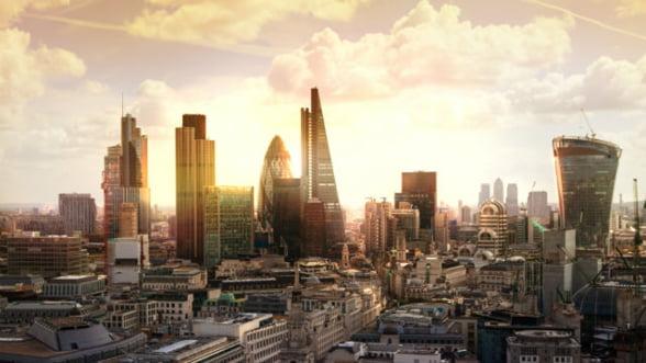 Lupta pentru atragerea marilor banci care fug din Londra ne poate aduce o noua criza